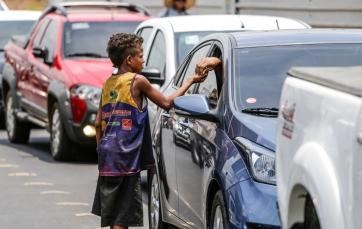 crianca-de-rua-pedindo-esmola-no-sinal